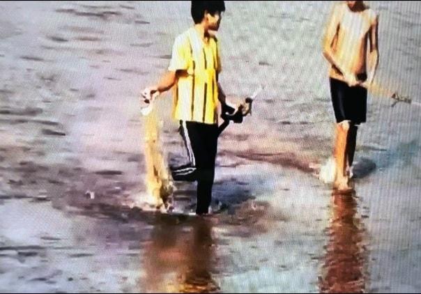 Trẻ em làng Bhờ Hôồng xã Sông Kôn bắt cá suối (Ảnh: VVH)