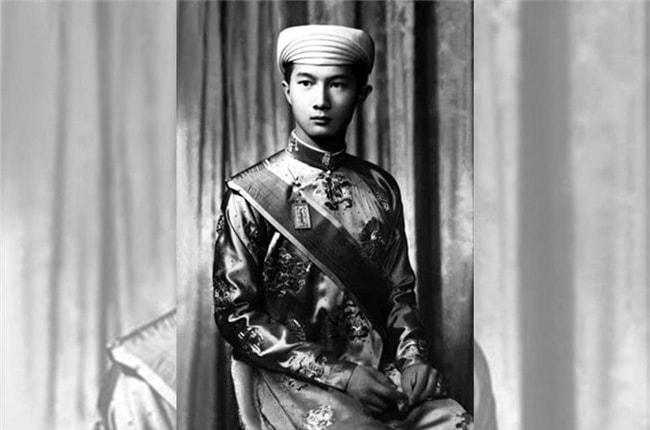 Từ giã binh nghiệp, Bảo Long làm việc cho một ngân hàng. Không chỉ bất đắc chí trong sự nghiệp, đường tình ái và hôn nhân của ông cũng tẻ nhạt. Thái tử cuối cùng của nhà Nguyễn lấy một quả phụ người Pháp có hai con riêng ở Paris. Họ không có đứa con chung nào.
