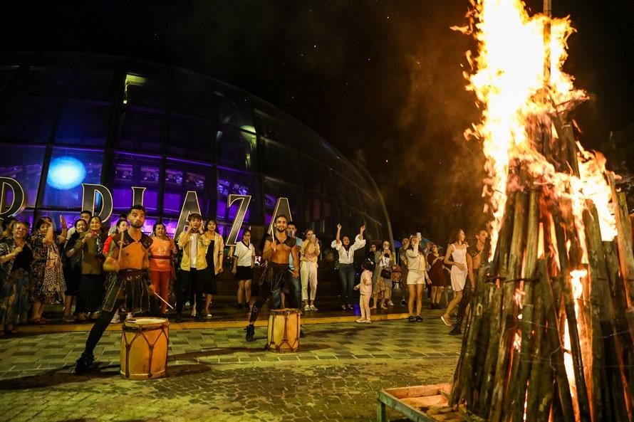chiêm ngưỡng show nghệ thuật của nghệ sĩ nước ngoài bên trong nhà hàng và chương trình lửa trại ở quảng trường Beer Plaza.
