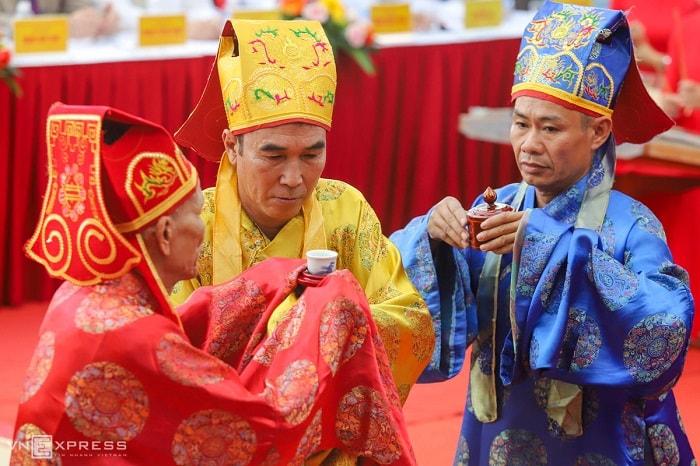 Lễ giỗ có nhiều nghi thức như đọc chúc văn, đốt đèn, hóa chúc văn, tiến tửu. Những người làm lễ được gọi là Tế chủ, Bồi tế, Phụ tế...