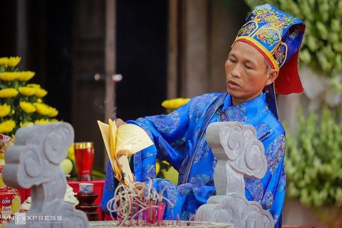Theo nghi thức dân gian, sau khi tế lễ, Ban tế lễ hóa chúc văn, là văn tế tưởng nhớ người đã khuất.