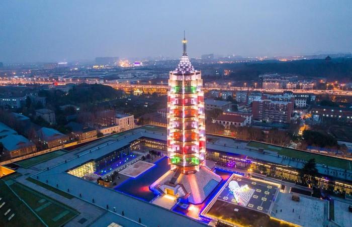 Tháp Sứ, Nam Kinh, Trung Quốc: Đúng như tên gọi, tòa tháp khổng lồ này được làm hoàn toàn bằng sứ. Tháp cao 79 m và tồn tại trong suốt 400 năm từ thế kỷ 14 đến 19, trước khi bị quân nổi dậy Thái Bình Thiên Quốc phá hủy. Năm 2015, tòa tháp được tái sinh dưới dạng một công trình hiện đại. Tuy nhiên nguyên liệu không dùng sứ như xưa mà được thay bằng thép và kính.