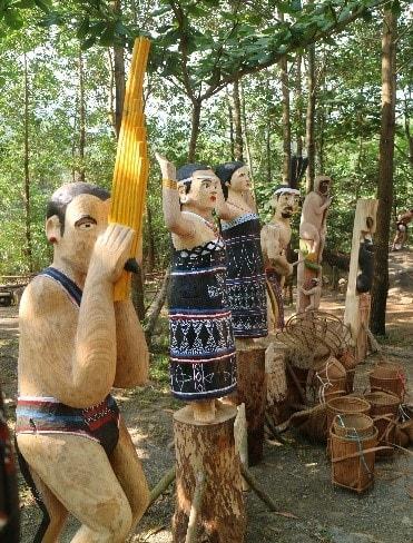 Khắc gỗ Thổi khèn bè (Ảnh: VVH)