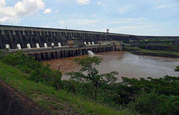 Thác Guaira, biên giới Paraguay-Brazil: Guaira là một trong những dòng thác mạnh nhất trên thế giới. Kỳ quan này bao gồm 18 ngọn thác nhỏ, có cái cao đến 40 m. Tuy nhiên vào tháng 10/1982, thác Guaira bị đóng để tạo ra đập Itaipu, cung cấp 75% điện về Paraguay và 25% cho Brazil. Dù dự án này khả thi nhưng cái giá phải trả là quá lớn khi thế giới vĩnh viễn mất một kỳ quan thiên nhiên tuyệt đẹp.12-min