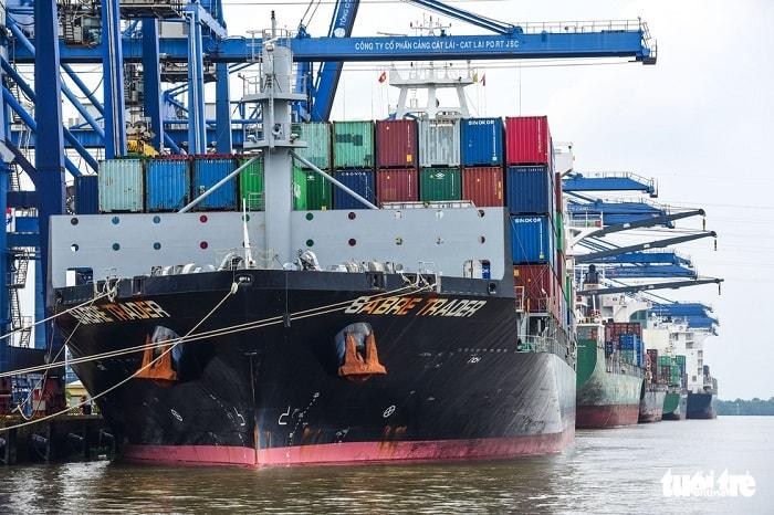 Với những tính toán đó, giai đoạn 2020 - 2050 TP cần hơn 21.000 tỉ đồng cho giao thông thủy. TP sẽ sử dụng khoảng 4.100 tỉ đồng đầu tư cho các dự án cảng, luồng tuyến. Trong ảnh: tàu container bốc xếp hàng hóa tại cảng Cát Lái, quận 2, TP.HCM - Ảnh: QUANG ĐỊNH