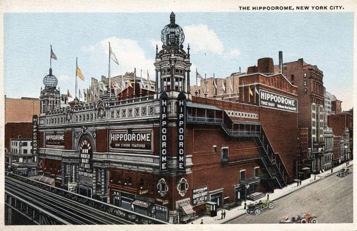 Nhà hát Hippodrome, New York, Mỹ:Hippodrome là nhà hát khổng lồ nằm trên đại lộ New York từ 100 năm trước, với sức chứa 5.697 chỗ ngồi. Nhà hát thời điểm đó thu hút tầng lớp trung lưu và người nghèo, do có giá vé thấp. Chính vì thế chủ sở hữu không đủ chi phí bảo trì và buộc phải đóng cửa năm 1939. Đến năm 1960, nhà hát bị phá bỏ để xây dựng tòa nhà văn phòng vẫn tồn tại đến ngày nay.