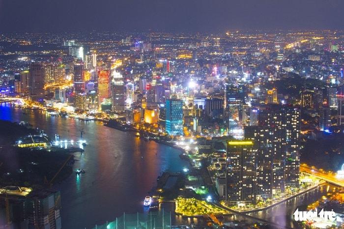 Đặc biệt, vốn cho duy tu, bảo trì các tuyến đường thủy được tính khoảng 570 tỉ đồng mỗi năm, tức trong 30 năm cần 17.100 tỉ đồng. Trong ảnh: dòng sông Sài Gòn vào ban đêm uốn quanh trung tâm thành phố - Ảnh: QUANG ĐỊNH