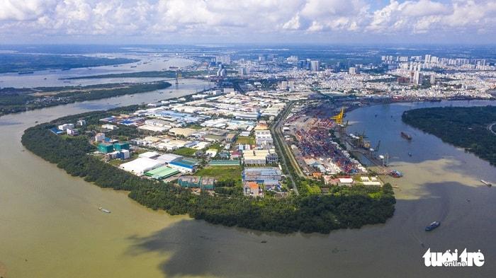 Riêng phát triển logistics, Sở GTVT TP đề xuất cần đồng bộ hạ tầng, tăng khả năng kết nối vận tải đa phương thức và thúc đẩy vận tải hàng hóa đường thủy, đường sắt - vốn đang quá hạn chế so với đường bộ. Hệ thống giao thông thủy kết nối vùng cũng được định hướng nâng cấp và hoàn thiện. Trong ảnh: song Sài Gòn đoạn qua khu chế xuất Tân Thuận, cảng Bến Nghé - Ảnh: QUANG ĐỊNH