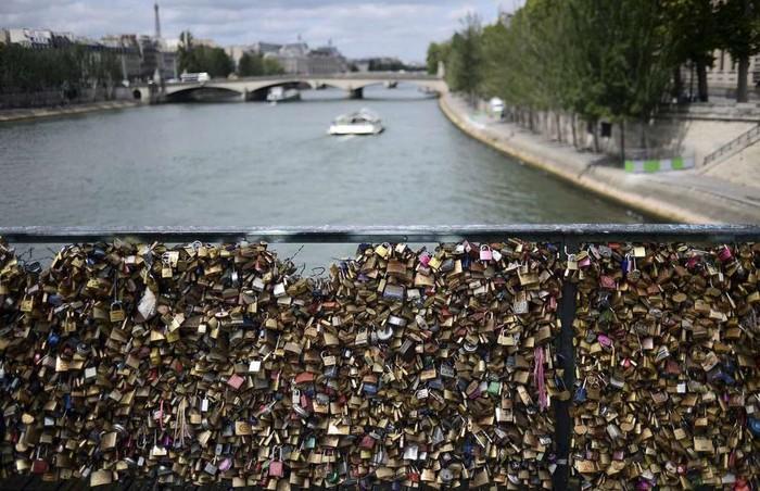 Cầu khóa tình yêu, Paris, Pháp: Cây cầu này từng rất nổi tiếng ở Paris, khi những cặp tình nhân tới đây móc khóa lên thành để thể hiện tình yêu vĩnh cửu. Tục lệ này phổ biến đến nỗi có thời điểm trên thành cầu móc 1 triệu ổ khóa nặng tới 45 tấn. Năm 2014, một phần thành cầu bị sập do sức nặng ổ khóa, vì thế chính quyền thành phố quyết định thay thế chúng bằng các tấm kính. Ngày nay, nhiều du khách qua đây vẫn mắc khóa vào cột đèn trên cầu.