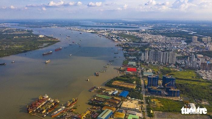 Về đầu tư phát triển hạ tầng đường thủy nội địa, Sở Giao thông vận tải đề xuất ưu tiên 1 là thực hiện các dự án nạo vét, nâng cấp các cầu trên tuyến nối tắt và liên kết nội thành với khu vực cảng biển mới đảm bảo theo quy mô quy hoạch được duyệt. Trong ảnh: sông Soài Rạp đoạn qua quận 7 (TP.HCM) và tỉnh Đồng Nai - Ảnh: QUANG ĐỊNH