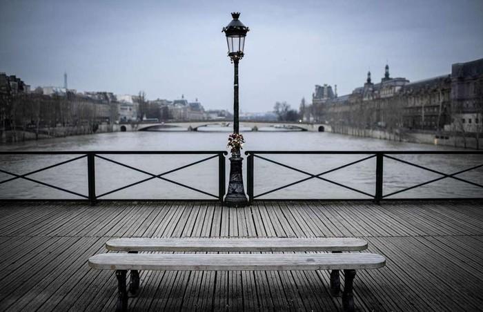 Cầu khóa tình yêu, Paris, Pháp: Cây cầu này từng rất nổi tiếng ở Paris, khi những cặp tình nhân tới đây móc khóa lên thành để thể hiện tình yêu vĩnh cửu. Tục lệ này phổ biến đến nỗi có thời điểm trên thành cầu móc 1 triệu ổ khóa nặng tới 45 tấn. Năm 2014, một phần thành cầu bị sập do sức nặng ổ khóa, vì thế chính quyền thành phố quyết định thay thế chúng bằng các tấm kính. Ngày nay, nhiều du khách qua đây vẫn mắc khóa vào cột đèn trên cầu.16-min