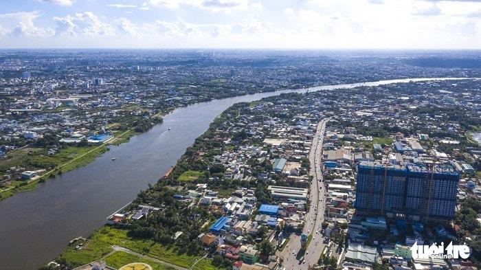 Đầu tư các tuyến liên kết khu Đông thành phố kết nối với khu bến trên sông Đồng Nai; đầu tư các tuyến kết nối đến khu cảng biển Hiệp Phước, Nhà Bè có tổng chiều dài khoảng 35,6km với kinh phí khoảng 400 tỉ đồng. Trong ảnh: sông Sài Gòn đoạn qua quận 12 (TP.HCM) và tỉnh Bình Dương - Ảnh: QUANG ĐỊNH