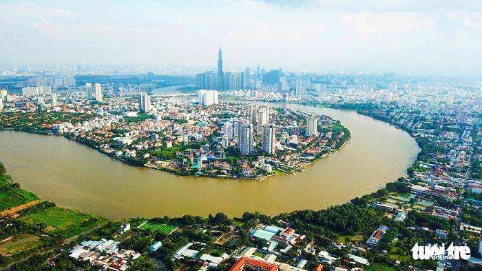 Ưu tiên đầu tư xây dựng tuyến đường thủy nội địa Vành đai trong: từ sông Sài Gòn - sông Vàm Thuật - rạch Bến Cát - sông Trường Đai - kênh Tham Lương - rạch Nước Lên - kênh Đôi - kênh Tẻ - sông Sài Gòn có tổng chiều dài khoảng 30km với tổng kinh phí khoảng 1.200 tỉ đồng. Trong ảnh: dòng sông Sài Gòn bao quanh khu Thảo Điền, quận 2 hướng về trung tâm thành phố - Ảnh: QUANG ĐỊNH