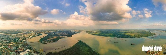 Đầu tư các tuyến liên kết khu Đông thành phố kết nối với khu bến trên sông Đồng Nai; đầu tư các tuyến kết nối đến khu cảng biển Hiệp Phước, Nhà Bè có tổng chiều dài khoảng 35,6km với kinh phí khoảng 400 tỉ đồng. Trong ảnh: vị trí ngã ba tiếp giáp giữa sông Sài Gòn - Nhà Bè tại quận 2, quận 7 (TP.HCM) và tỉnh Đồng Nai - Ảnh: QUANG ĐỊNH