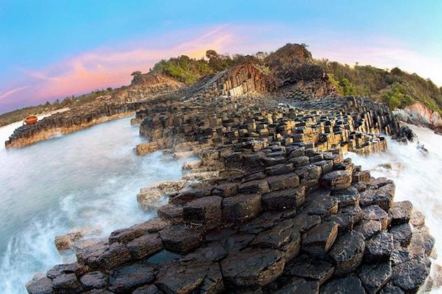 loại đá ở đây chính là đá bazan đã hình thành cách đây khoảng 200 triệu năm, được tạo ra trong quá trình hoạt động của núi lửa ở vùng cao nguyên Vân Hòa, nham thạch phun trào từ núi chảy ra biển.