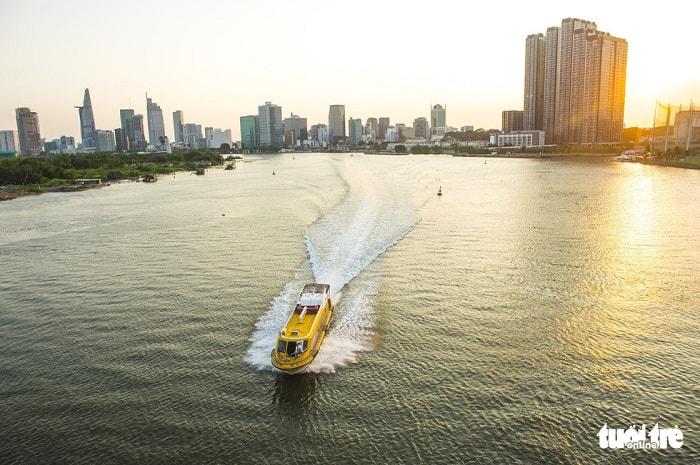 Ưu tiên tiếp theo là đầu tư các tuyến vận tải hành khách kết hợp du lịch đường thủy theo kế hoạch phát triển sản phẩm du lịch đường thủy đã được TP.HCM phê duyệt. Trong ảnh: tuyến buýt sông số 1 (Bạch Đằng – Linh Đông) chạy trên sông Sài Gòn đoạn chuẩn bị qua cầu Thủ Thiêm - Ảnh: QUANG ĐỊNH