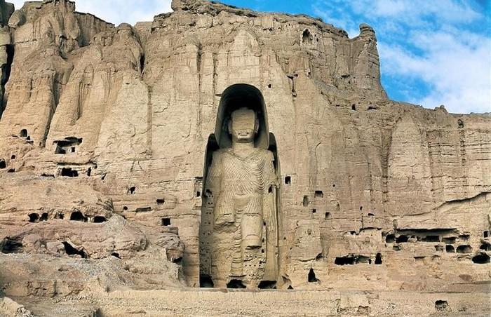 Tượng Phật Bamiyan, Afghanistan: Bức tượng Phật cao nhất thế giới từng được dựng trong vách đá sa thạch ở tỉnh Bamiyan, Afghanistan. Công trình được chạm khắc vào thế kỷ thứ 6, với chiều cao 55 m. Năm 2001, kỳ quan Phật giáo này đã bị Taliban phá hủy. Đến năm 2003, UNESCO chính thức công nhận nơi đây là Di sản thế giới, dù bức tượng không còn nữa.