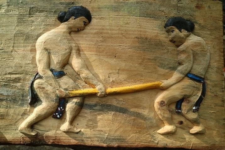 """Chơi đẩy gậy (trích trong tác phẩm khắc gỗ """"Thể thao truyền thống"""" của nghệ nhân Bh'riu Tích, xã Lăng, huyện Tây Giang, 4/2019, ảnh VVH)"""
