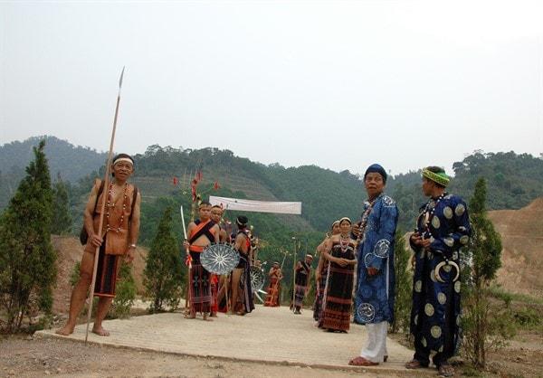 Già làng Pơloong Nhành (người cầm lao) tại thôn Nal, xã Lăng, huyện Tây Giang chuẩn bị vào hội cùng các vị già làng (y phục như người Kinh cao tuổi Quảng Nam. Ảnh: St, 5/5/2020).