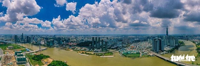 TP.HCM cần hơn 21.000 tỉ để khai thác tối đa tiềm năng giao thông thủy. Đó là thông tin được nêu trong báo cáo quy hoạch kết cấu hạ tầng đường thủy nội địa tại TP.HCM giai đoạn 2021 - 2030, tầm nhìn đến 2050 được Sở Giao thông vận tải TP.HCM gửi Cục Đường thủy nội địa Việt Nam. Trong ảnh: sông Sài Gòn đoạn chảy quanh trung tâm thành phố - Ảnh: QUANG ĐỊNH