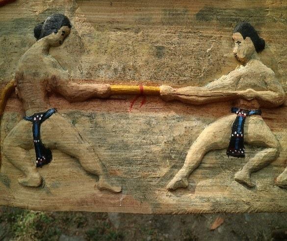 """Kéo co (trích trong tác phẩm khắc gỗ """"Thể thao truyền thống"""" của nghệ nhân Bh'riu Tích, xã Lăng, huyện Tây Giang, 4/2019, ảnh VVH)"""