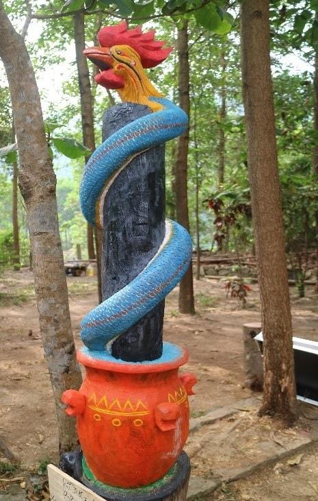 Rắn thần Br'riu Pố, khắc gỗ. (Ảnh: VVH, 26/4/2019, tại thôn Phú Túc, Xã Hòa Phú, huyện Hòa Vang)