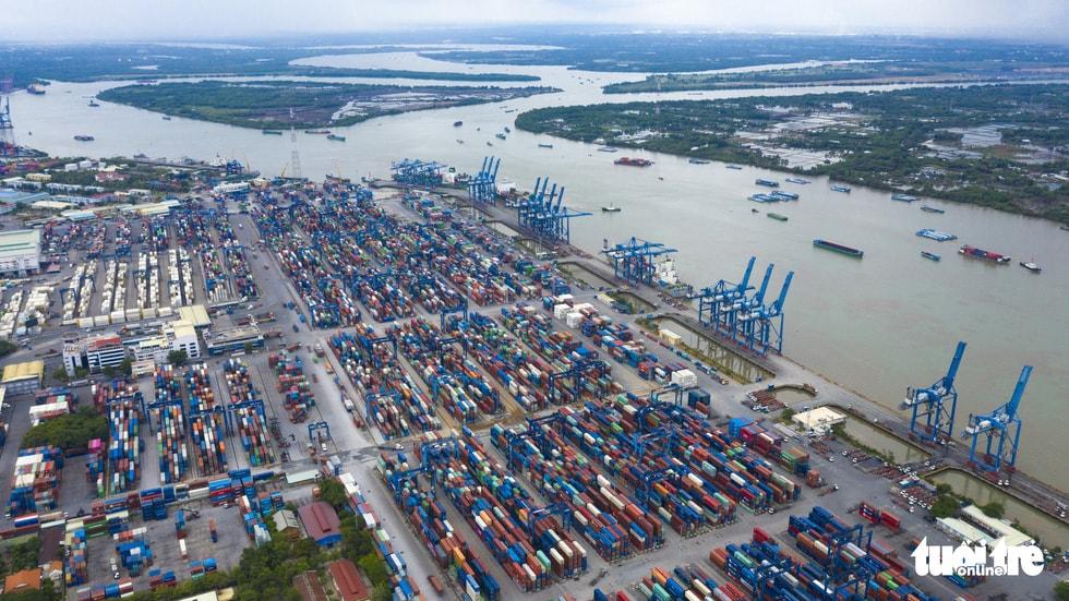 Theo Sở Giao thông vận tải, hiện nay tại khu cảng Cát Lái, Tân Cảng Cát Lái đã khai thác sản lượng trong năm 2019 đạt 64,5 triệu tấn, vượt công suất quy hoạch 77,6 % dẫn đến tình trạng quá tải cho giao thông đường bộ kết nối khu vực cảng. Do đó đã gây nên tình trạng ùn tắc cửa ngõ phía Đông ở nút giao thông Mỹ Thủy, quận 2. Trong ảnh: cảng Cát Lái, quận 2, TP.HCM - Ảnh: QUANG ĐỊNH