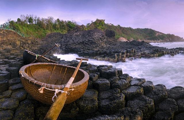 Vẻ đẹp thiên nhiên của Ghềnh Đá Đĩa chẳng thua kém gì các nước trên thế giới, được xếp cùng hàng với núi đá Giant's Causeway ở bờ biển Đông Bắc Ireland, ghềnh đá Órganos ở đảo La Gomera của Tây Ban Nha, hang động Fingal ở đảo Staffa, Scotland hay Gành Đá Đĩa Jusangjeolli của Hàn Quốc.
