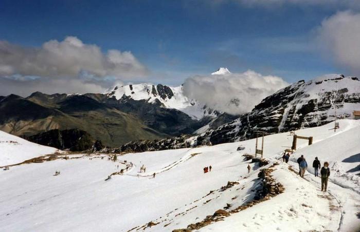 Sông băng Chacaltaya, Bolivia: Những người yêu thích trượt tuyết đều mơ ước được trải nghiệm ngọn núi Chacaltaya, Bolivia. Đây là khu nghỉ mát trượt tuyết cao nhất thế giới. Dòng sông băng cổ xưa ở đỉnh núi cũng là điểm trượt tuyết nổi tiếng về độ khó. Tuy nhiên, do biến đổi khí hậu, dòng chảy đã vĩnh viễn biến mất vào năm 2009. Ngày nay khu vực này khá cằn cỗi, dù vẫn thu hút nhiều người đi bộ đường dài.
