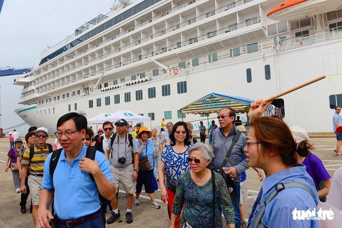 Thành phố cũng tập trung phát triển cảng, bến thủy nội địa phục vụ vận tải hàng hóa, hành khách và du lịch. Hệ thống cảng, bến sẽ xây dựng theo quy hoạch, đồng thời hoàn chỉnh các cảng cạn ICD để tăng khả năng trung chuyển hàng hóa từ các khu công nghiệp, chế xuất... đến cảng biển. Trong ảnh: du khách nước ngoài đến TP.HCM bằng du thuyền trước dịch COVID-19 - Ảnh: QUANG ĐỊNH