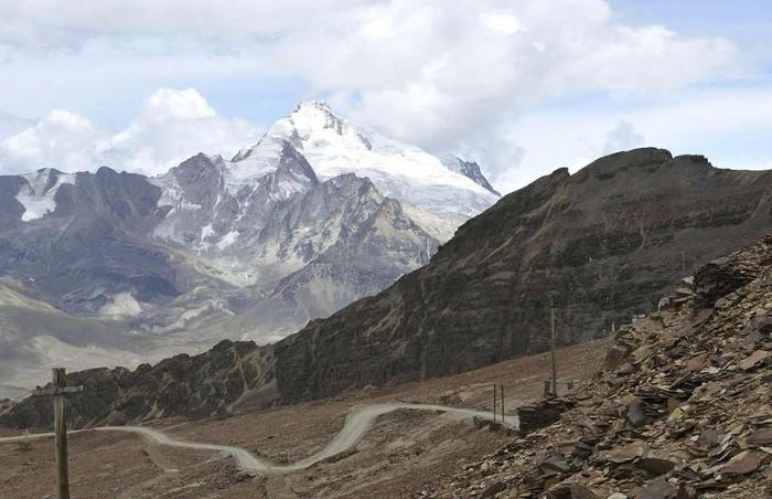 Sông băng Chacaltaya, Bolivia: Những người yêu thích trượt tuyết đều mơ ước được trải nghiệm ngọn núi Chacaltaya, Bolivia. Đây là khu nghỉ mát trượt tuyết cao nhất thế giới. Dòng sông băng cổ xưa ở đỉnh núi cũng là điểm trượt tuyết nổi tiếng về độ khó. Tuy nhiên, do biến đổi khí hậu, dòng chảy đã vĩnh viễn biến mất vào năm 2009. Ngày nay khu vực này khá cằn cỗi, dù vẫn thu hút nhiều người đi bộ đường dài.6-min