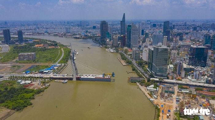 Định hướng phát triển mạng lưới đường thủy nội địa giai đoạn 2030 - 2050, tập trung đầu tư ba tuyến kết nối khu Đông thành phố tới cảng Cát Lái (quận 2), bốn tuyến từ nội thành kết nối đến cảng Hiệp Phước (huyện Nhà Bè) và hai tuyến vành đai. Trong ảnh: cầu Thủ Thiêm 2 được xây dựng ngang sông Sài Gòn nối quận 1 và quận 2 (TP.HCM) - Ảnh: QUANG ĐỊNH