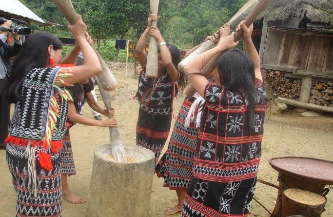 Giã gạo ăn mừng lúa mới (VVH)