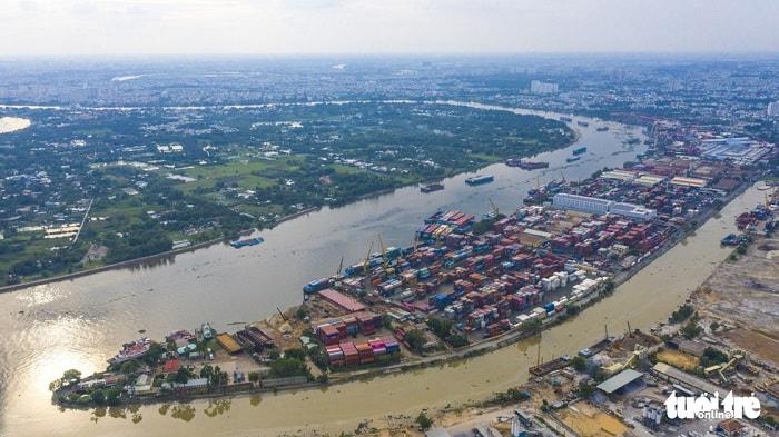 Đồng thời TP sẽ phát triển hệ thống ICD (cảng cạn) mới theo quy hoạch của Thủ tướng Chính phủ nhằm thúc đẩy phát triển vận tải đa phương thức logistics, xây dựng cảng cạn - ICD Long Bình tại phường Long Bình, quận 9 nhằm phục vụ di dời cụm ICD Trường Thọ, phát triển các trung tâm logistics hạng 1 cấp quốc gia và quốc tế có vị trí vai trò là trung tâm gốc... Trong ảnh: cảng Phước Long, quận 9, TP.HCM nằm cạnh sông Sài Gòn - Ảnh: QUANG ĐỊNH