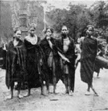 Trang phục nhóm chiến binh Cơ Tu trước trong cột x'nur