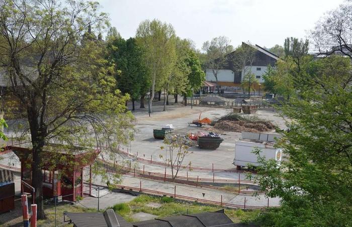 Vidámpark, Budapest, Hungary: Đây là công viên giải trí mạo hiểm sở hữu nét kiến trúc tuyệt đẹp. Vào đầu thế kỷ 19, những người đam mê cảm giác mạnh thường tới công viên để trải nghiệm nhiều hoạt động hấp dẫn như tàu lượn siêu tốc bằng gỗ, đường băng chuyền. Năm 2013, công viên chính thức đóng cửa do lượng du khách sụt giảm. Chủ sở hữu đã quyết định tháo dỡ một phần công viên để xây dựng sở thú.8-min