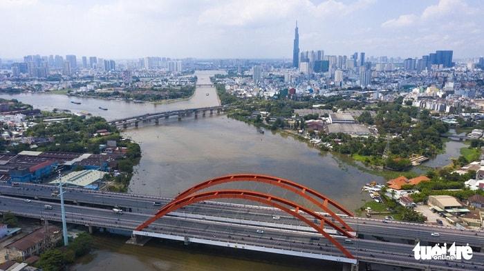 TP.HCM có lợi thế và tiềm năng lớn về phát triển giao thông, kinh tế đường thủy nhưng chưa khai thác được tối đa hiệu quả do chưa được đầu tư đúng mức, các công trình nạo vét, cải tạo luồng lạch... còn hạn chế. Trong ảnh: sông Sài Gòn đoạn qua cầu Bình Lợi - Ảnh: QUANG ĐỊNH