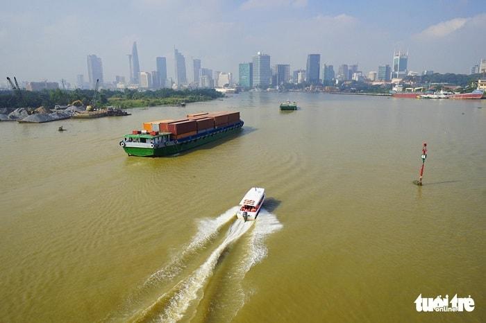 Về nguồn vốn đầu tư, Sở GTVT TP đề xuất đa dạng các nguồn đầu tư nhằm thu hút nguồn vốn ngoài ngân sách. Trong đó sẽ xây dựng cơ chế cho thuê quỹ đất hành lang bờ sông, kênh, rạch và khuyến khích doanh nghiệp đầu tư, khai thác hạ tầng đường thủy... Sản lượng vận chuyển hàng hóa, hành khách qua các năm có tăng nhưng cần phát triển hơn nữa. Trong ảnh: tàu chở hàng và tàu chở khách du lich trên sông Sài Gòn - Ảnh: QUANG ĐỊNH