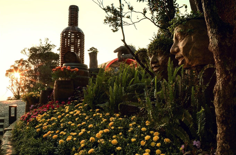 """Minh Ánh, một du khách từ Hội An nói: """"Đây không phải lần đầu tôi đến Bà Nà, nhưng rõ ràng, có những góc ngách rất lạ, rất khác, mà tôi, và tôi nghĩ rằng rất nhiều du khách có thể chưa hề biết đến. Ví dụ như những bức tượng khá """"dị"""" ở Vườn Giác Quan này""""."""