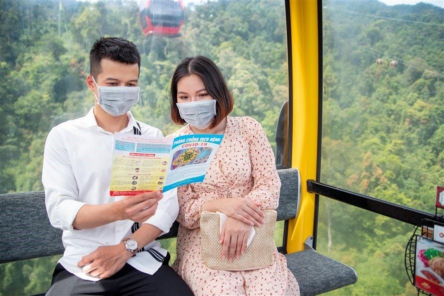 Các bảng biểu, tờ rơi hướng dẫn khách hàng nâng cao ý thức phòng ngừa dịch bệnh Covid cũng được đặt tại nhiều điểm của khu du lịch hay trên cabin cáp treo.