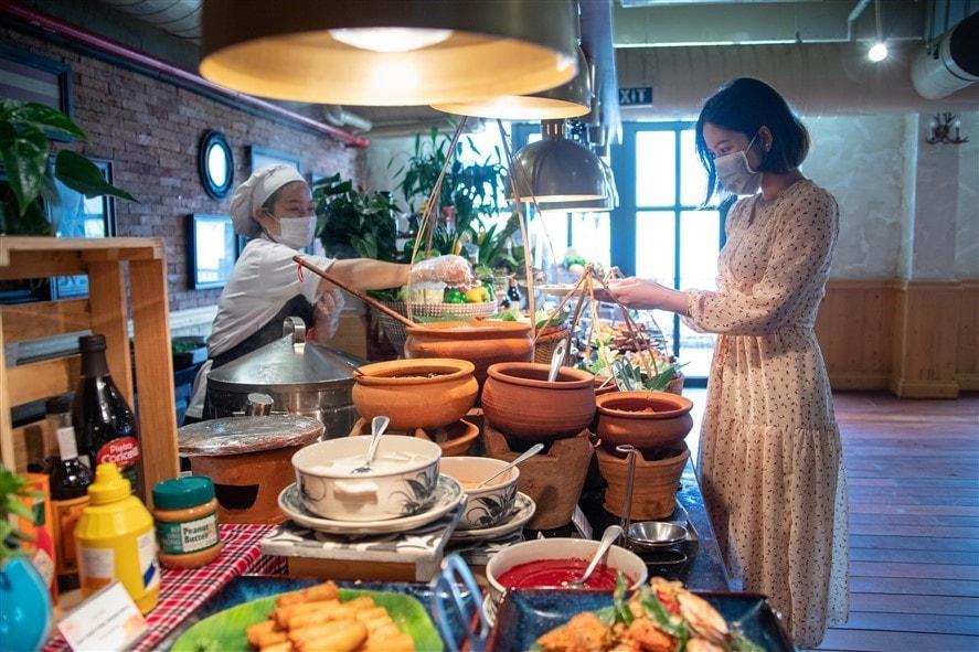 Khu vực các nhà hàng cũng được kiểm soát nghiêm ngặt. Công tác đảm bảo vệ sinh an toàn thực phẩm được ưu tiên chú trọng. Nhân viên nhà hàng trong quá trình chế biến và phục vụ đều phải sử dụng khẩu trang; găng tay; luôn giữ khoảng cách nhất định trong quá trình tiếp xúc với du khách.