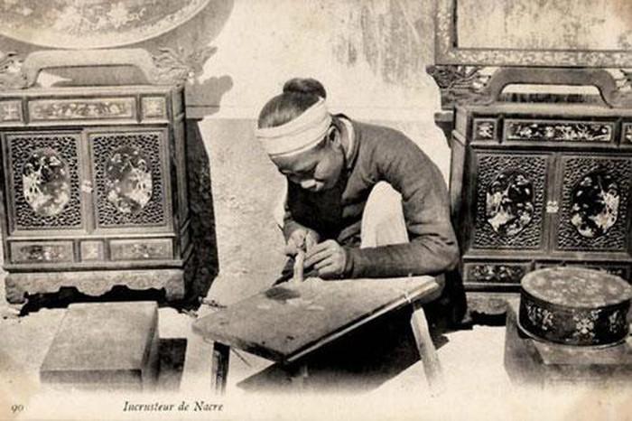 Khảm xà cử: Nghề này đòi hỏi sự khéo tay, tỉ mỉ của người thợ khảm. Người thợ phải trổ tấm gỗ lấy nền, sau đó cắt mảnh trai ốc cho khít hình và ghép xuống.