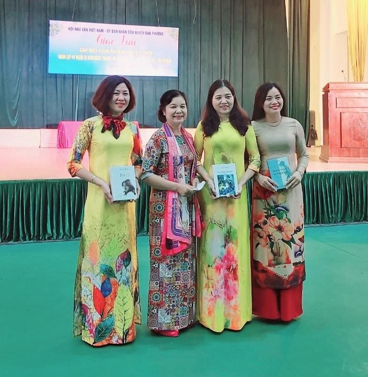 Đại diện Ban công tác nhà văn nữ (Hội nhà văn Việt Nam) thay mặt đoàn tặng sách cho Đại diện huyện Đan Phượng