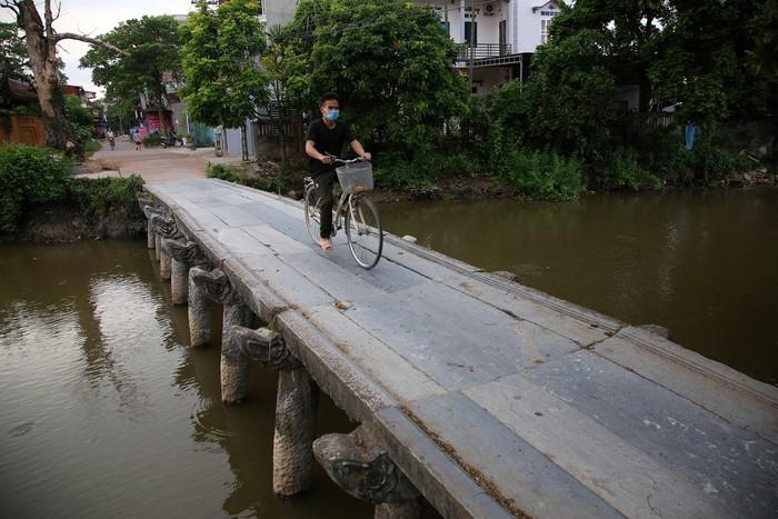 Ở phía Đông của làng là cây cầu đá tuyệt đẹp bắc ngang qua dòng sông Nguyệt Đức, nối đường làng với chợ Nôm và chùa Nôm.