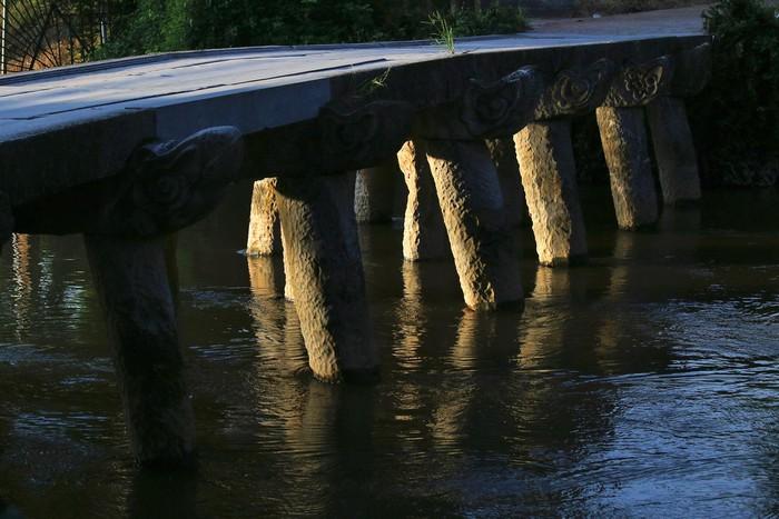 Cầu đá được ghép bằng những phiến đá lớn, hai bên thành cầu chạm khắc hình đầu rồng, cầu có các trụ đá chống đỡ. Không chỉ mang giá trị lịch sử, văn hóa, chiếc cầu đá này còn được các nhà nghiên cứu di sản đánh giá là một công trình độc đáo chưa từng thấy ở bất cứ làng cổ nào của đồng bằng sông Hồng.