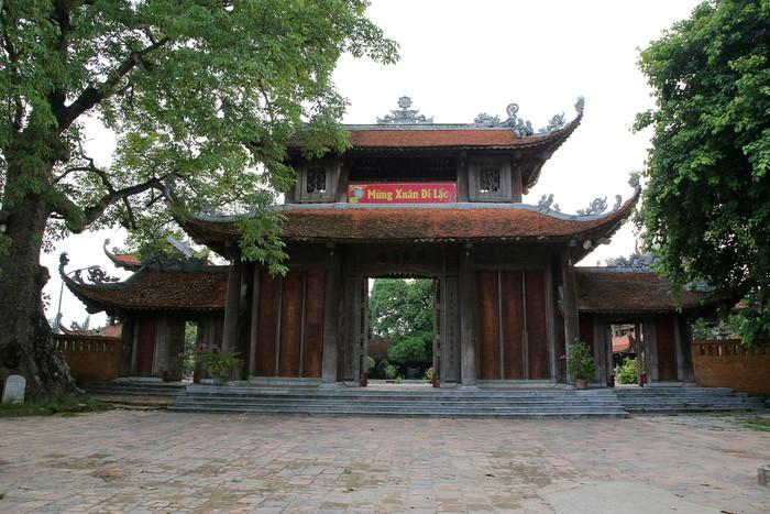 Chùa làng Nôm được xây dựng bề thế, theo nhiều tài liệu xưa, chùa được xây dựng trên một đồi thông lớn vào thời Hậu Lê. Tuy nhiên, có nhiều nhà nghiên cứu cho rằng dấu tích chùa cho thấy lịch sử tồn tại cả nghìn năm.