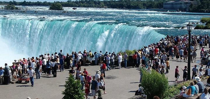 Một điểm ngắm thác Niagara đông khách du lịch. Ảnh:Flyopedia