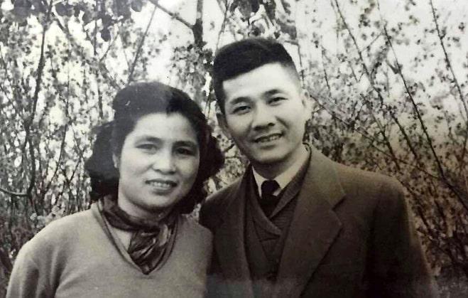Nhà thơ Nguyễn Xuân Sanh bên vợ - nhà văn Cẩm Thạnh - năm 1961. Ảnh tư liệu.