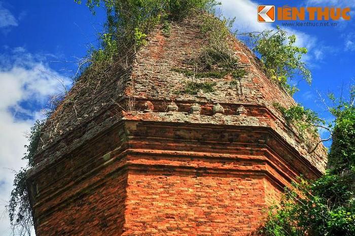 Có từ thế kỷ 12, tháp được xây dựng theo hình bát giác, mỗi cạnh rộng 4 mét, cao 21,5 mét. Về tổng thể, tháp mang hình một linga (sinh thực khí nam) thẳng đứng. Đây cũng là ngôi tháp Chăm duy nhất có hình bát giác được ghi nhận.