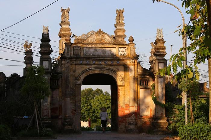 Cổng làng Nôm là một kiểu kiến trúc đặc biệt, được xây theo kiểu bát trụ. Kiểu cổng mà chỉ hoàng thân quốc thích xưa kia mới có. Cổng làng bao gồm bốn trụ vuông chạm khắc nhiều họa tiết, phía trước có ba chữ trên vòm cổng: Đồng Cầu Nôm.
